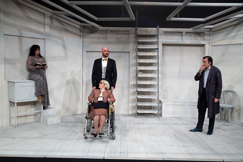 U  LAŽI  SU … NOGE  – (povodom premijere) Pozor! Pozorište! – piše Dragoljub Selaković
