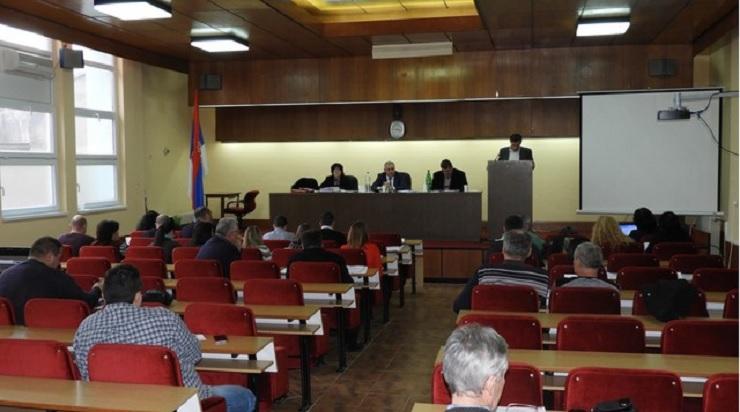 ODBORNICI PODRŽALI ODLUKU O IZGRADNJI FABRIKE VODE Nakon nedavno održane sednice Opštinskog veća, završena je i prva sednica Skupštine opštine Novi Bečej u ovoj godini.