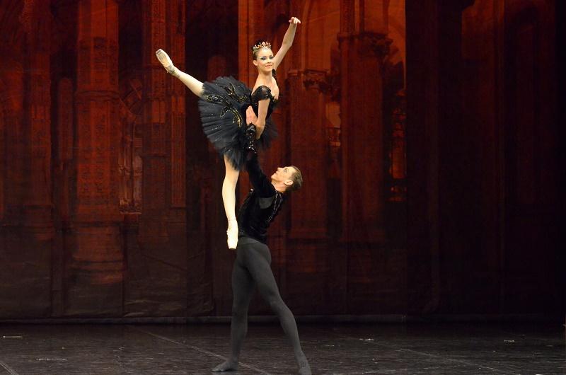 БАЈКА О ЉУБАВИ балет Лабудово језеро, први пут у сезони